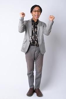 Foto de cuerpo completo del feliz empresario japonés recibiendo buenas noticias
