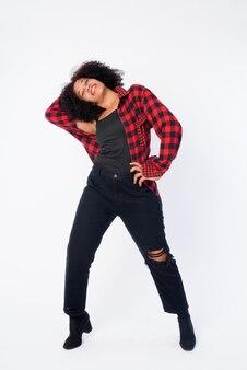 Foto de cuerpo completo de feliz joven hermosa mujer africana hipster posando