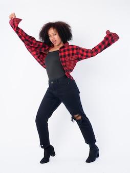 Foto de cuerpo completo de joven hermosa mujer africana hipster posando