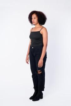 Foto de cuerpo completo de joven hermosa mujer africana pensando