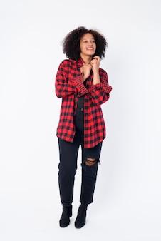 Foto de cuerpo entero de feliz joven hermosa africana hipster mujer pensando