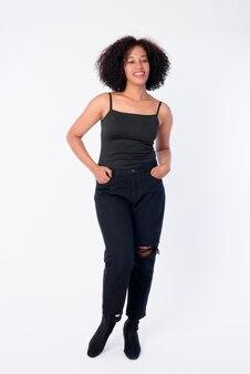 Foto de cuerpo entero de feliz joven hermosa mujer africana pensando