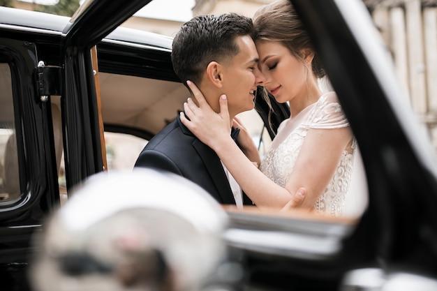 Foto de pareja de boda en coche retro