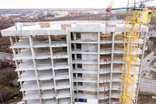 Foto de un edificio de varios pisos en construcción. construcción de un rascacielos residencial.