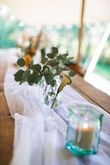 Foto de enfoque borrosa y seleccionada de mesa de boda rústica