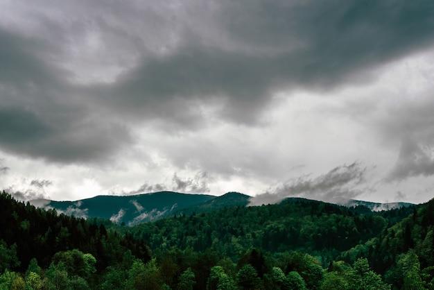 Foto de enormes nubes de lluvia en las montañas de los cárpatos