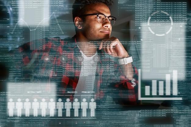 Foto de un especialista indio en seo con gafas y mirando las consultas de búsqueda de los usuarios. mira los diagramas de estadísticas. especialista en marketing. gerente de ppc
