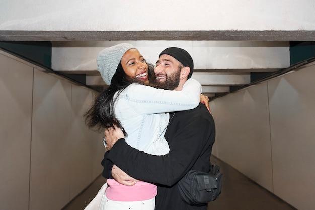 Foto de estilo flash de vida nocturna-joven pareja interracial de amantes con máscaras faciales