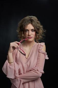 Foto de estudio de una atractiva mujer de moda mirando a la cámara.