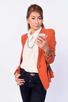 Foto de estudio de la empresaria asiática madura aislada contra el fondo blanco.