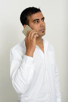 Foto de estudio de guapo empresario indio contra el fondo blanco.