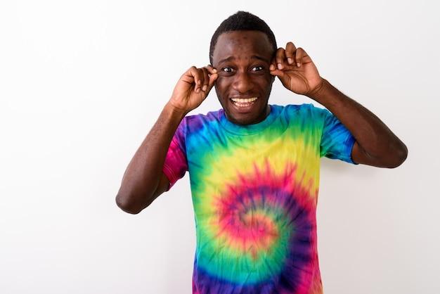 Foto de estudio de joven africano negro triste mirando sorprendido y