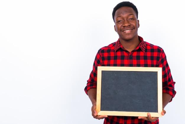 Foto de estudio de joven apuesto hombre africano contra el fondo blanco.