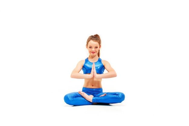 Foto de estudio de una joven en forma haciendo ejercicios de yoga