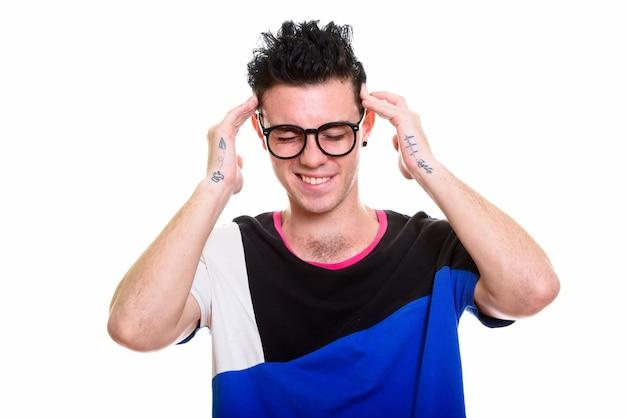 Foto de estudio de joven guapo aislado sobre fondo blanco.