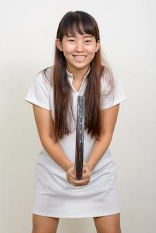 Foto de estudio de la joven mujer asiática contra el fondo blanco.