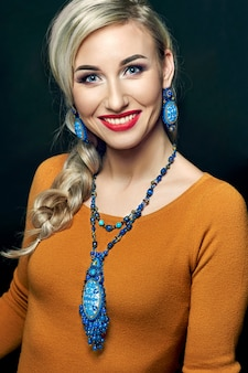 Foto de estudio de moda de mujer hermosa con cabello blanco y maquillaje brillante con collar de lujo