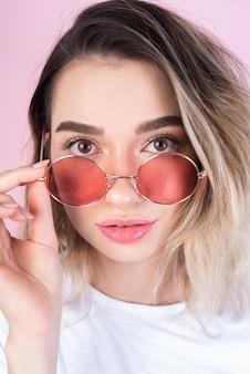 Foto de estudio de mujer con gafas