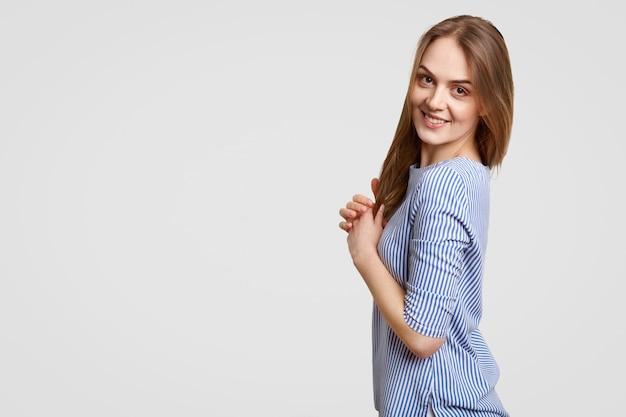 Foto de estudio de mujer morena contenta con aspecto atractivo