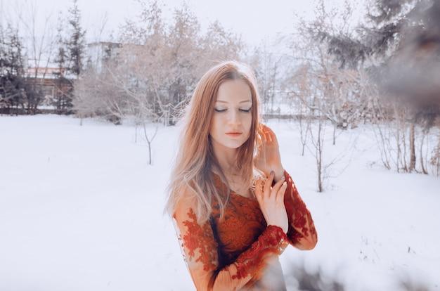 Foto exterior de dama romántica en vestido rojo