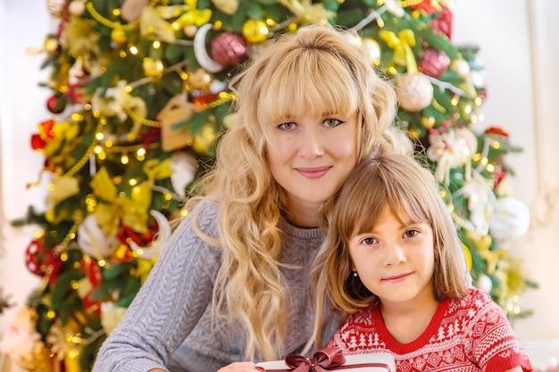 Foto familiar de navidad en la casa. enfoque selectivo.