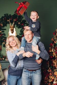 Foto familiar de navidad, papá, hijo y mamá