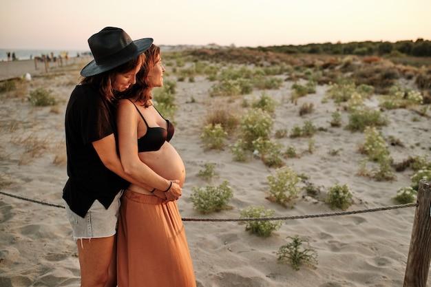 Foto fascinante de una encantadora pareja embarazada - concepto de familia lesbiana