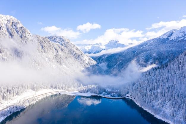 Foto fascinante de un lago y montañas cubiertas de nieve.