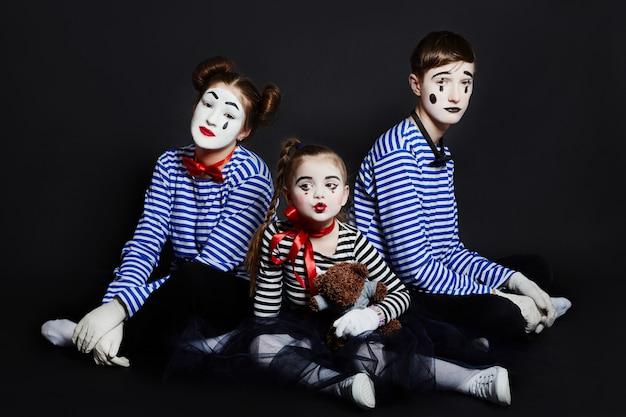 Foto grupal de los niños mime, pantomima varias emociones en la cara de los niños. bebé payaso francés con maquillaje blanco en su rostro. ,