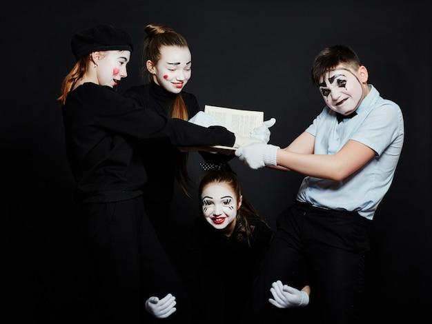 Foto grupal de los niños mime, pantomima varias emociones en la cara de los niños.