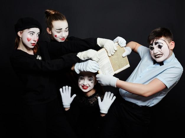 Foto de grupo infantil mime, maquillaje de pantomima.