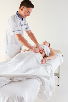 Foto de hermosa mujer en salón de masajes