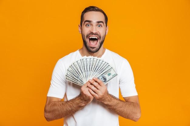 Foto de hombre europeo de 30 años en ropa casual con montón de dinero, aislado