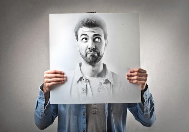 Foto de un hombre pensando