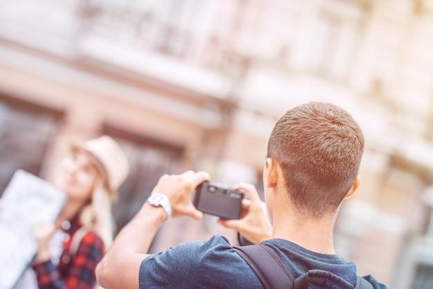 Foto de hombre toma de mujer en la calle