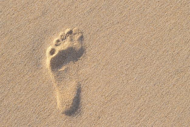 Foto de la huella humana izquierda en la arena