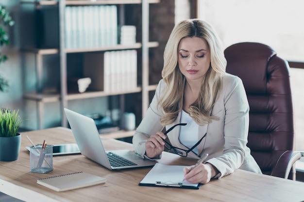 Foto de informe de escritura de tabla de cuaderno de dama de negocios increíble