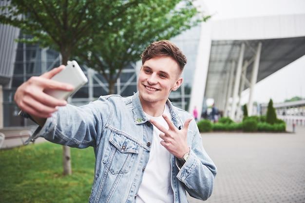 Foto de un joven antes de un emocionante viaje en el aeropuerto.