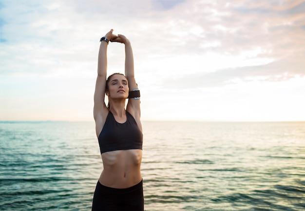 Foto de joven bella mujer fitness hace ejercicios deportivos