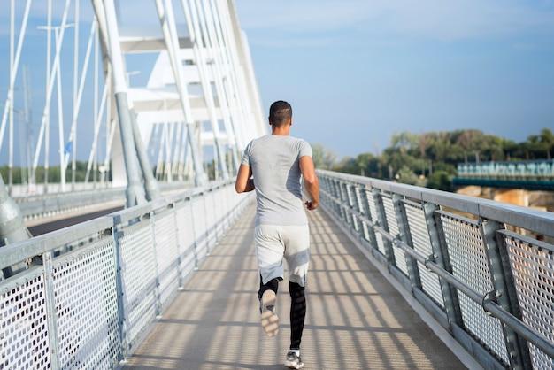 Foto de joven velocista corriendo
