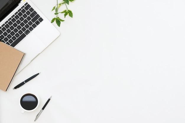 Foto laicos plana de escritorio de oficina con fondo de espacio de copia de portátil