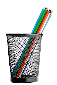 Foto de lápices de colores sobre un fondo blanco