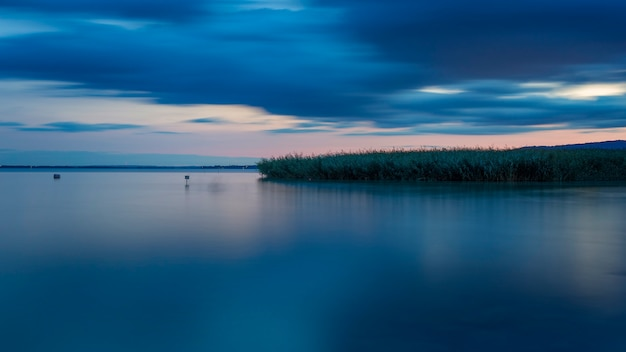 Foto de larga exposición del lago balaton de hungría en la noche