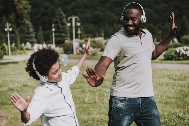 Foto lateral de la familia. escuchar música y baile.