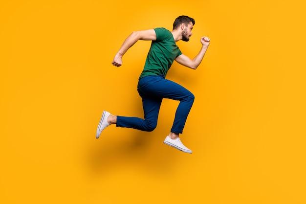 Foto lateral de perfil de longitud completa de tipo serio enfocado saltar correr rápido