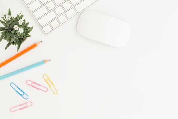 Foto de lay plana de escritorio de oficina con mouse y teclado