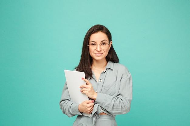 Foto de linda dama de negocios en vasos tiene papeles