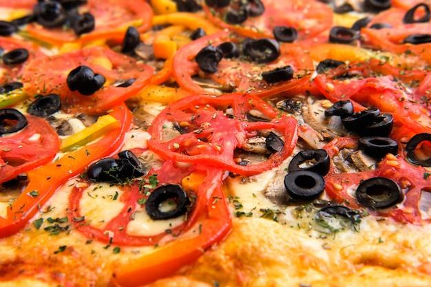 Foto macro de champiñones con aceitunas y queso en pizza