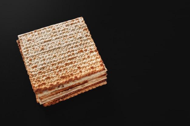 Una foto de matzá o piezas de matzá