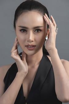 Foto de moda de estudio de mujer asiática